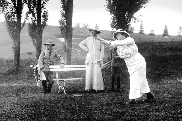Auch früher gab es in der Schweiz Wohlstand: Frauen beim Golfspiel im Engadin, um 1904. (Foto: Keystone)