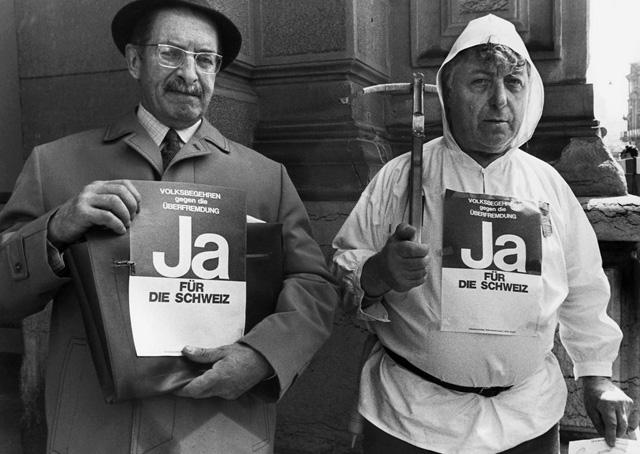 Salonfähige Fremdenfeindlichkeit: Zwei Befürworter der Schwarzenbach-Initiative, aufgenommen im Juni 1970. (Bild: Keystone)