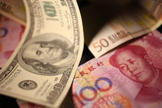 Kampf der Währungen: Dollar-, Renminbi- und Euronoten. (Bild: Keystone)