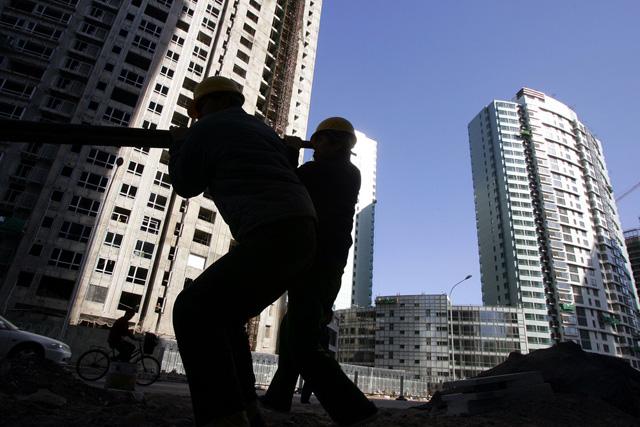 Noch läuft der Laden: Arbeiter auf einer Grossbaustelle in Peking. (Foto: Greg Baker, AP)