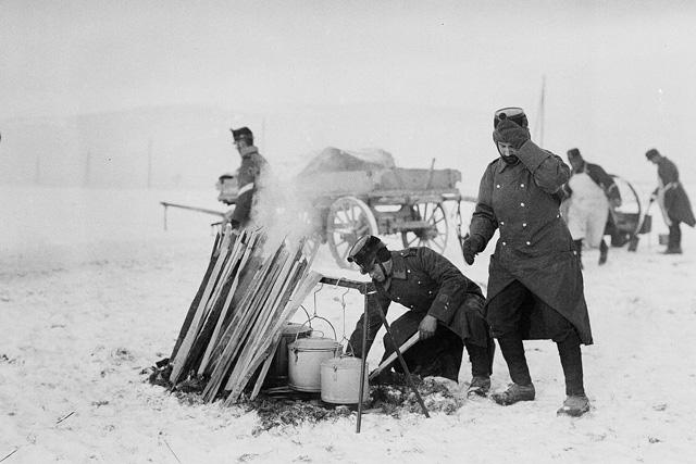 Harter Kriegsalltag: Feldküche einer Einheit der Schweizer Armee. Bild: Bundesarchiv