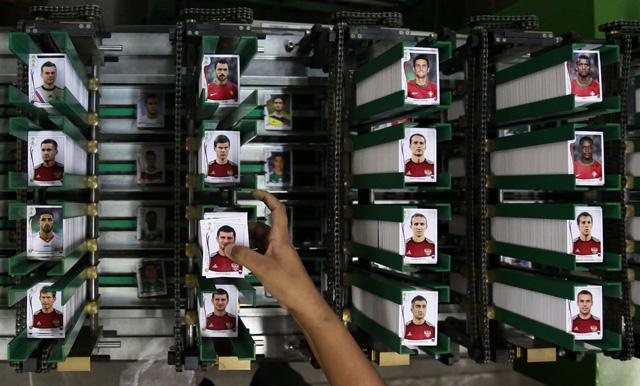 Weltweite Fussball-Manie: Panini-Fabrik in Sao Paulo (5.Mai2014). (Reuter/Paulo Whitaker)