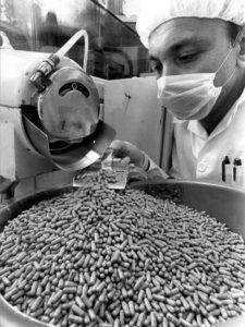 Medikamentenherstellung beim Pharmakonzern Roche in Basel (undatiertes Archivbild). Fotos: Keystone