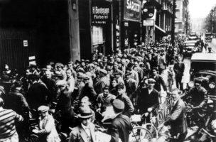 Schwarzer Freitag an der New Yorker Börse löst Weltwirtschaftskrise aus