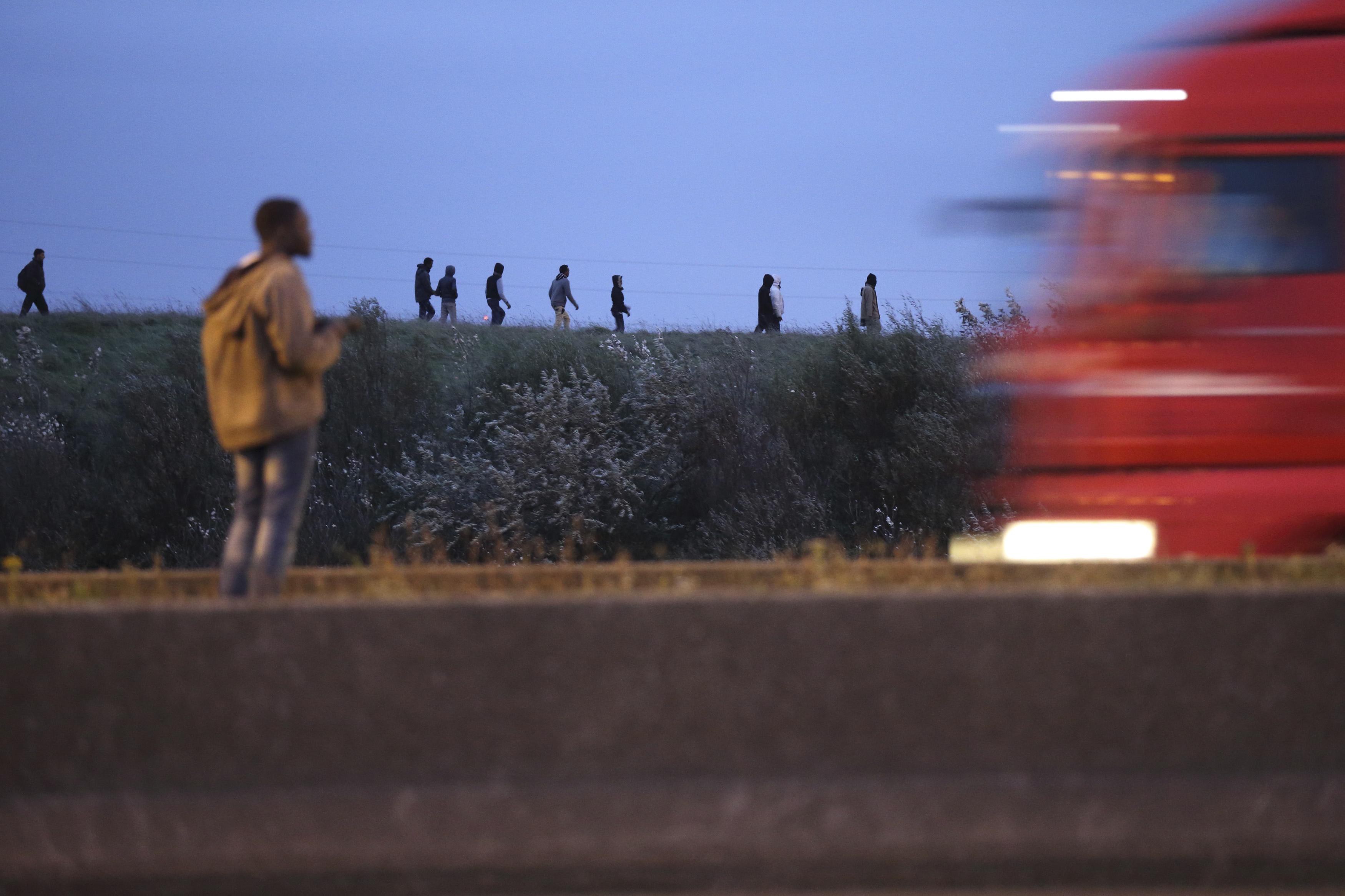 Hoffen auf eine Fähre nach England: Migranten warten in Calais auf eine Mitfahrgelegenheit über den Ärmelkanal (23. Oktober 2014). Foto: Pascal Rossignol