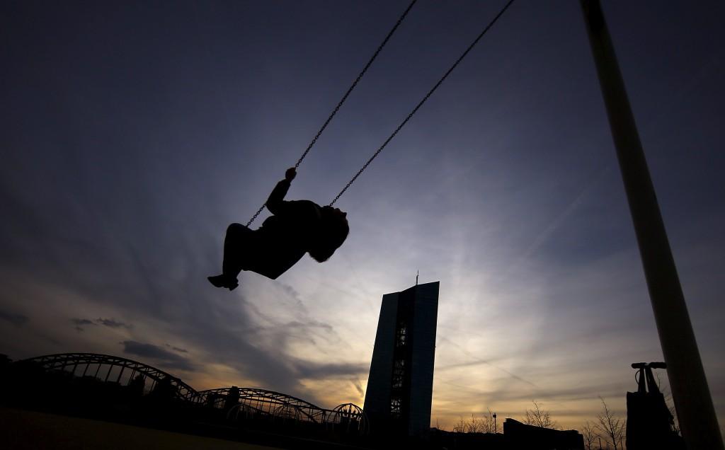 Griechische Banken hängen gelassen: Die Europäische Zentralbank in Frankfurt mischt sich in politische Angelegenheit ein. Foto: Kai Pfaffenbach (Reuters)