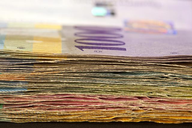 Zürich, 2011. augusztus 5. Svájci frank bankjegyek láthatók a 2010. augusztus 12-én készült képen. Az általános befektetoi bizalomvesztés terhe alatt felgyorsult a befektetési eszközök árfolyamvesztése a nemzetközi devizapiacokon; a forint is e folyamat sodrásában gyengül, árfolyama az amúgy is erosödo svájci frankkal szemben új mélypontra esett 254,80 forintos jegyzésen. (MTI/EPA/Gaetan Bally)