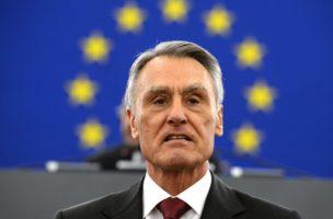 Wer gibt nach? Der portugierische Präsident Aníbal Cavaco Silva sieht nicht vor, dass sich die Wähler wehren. Foto: Patrick Seeger (EPA)