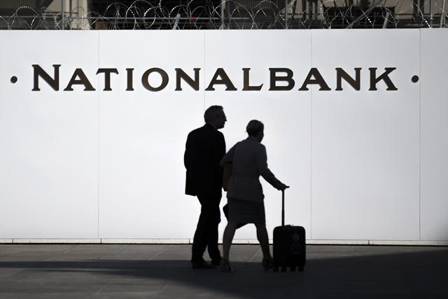 Passanten gehen an der Baustelle vor der Schweizerischen Nationalbank vorbei, am Mittwoch, 9. September 2015, auf dem Bundesplatz in Bern. (KEYSTONE/Peter Klaunzer)