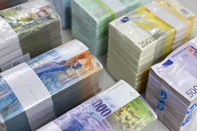 "Bundles of bank notes of Swiss Francs and Euros at the bank vault of the ""Zuercher Kantonalbank"" bank, pictured on August 9, 2011 in Zurich, Switzerland. (KEYSTONE/Martin Ruetschi)"