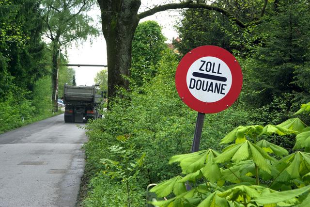 Grenzübergang zwischen der Schweiz und Österreich bei Schmitten/Diepoldsau. (Keystone/Martin Ruetschi)