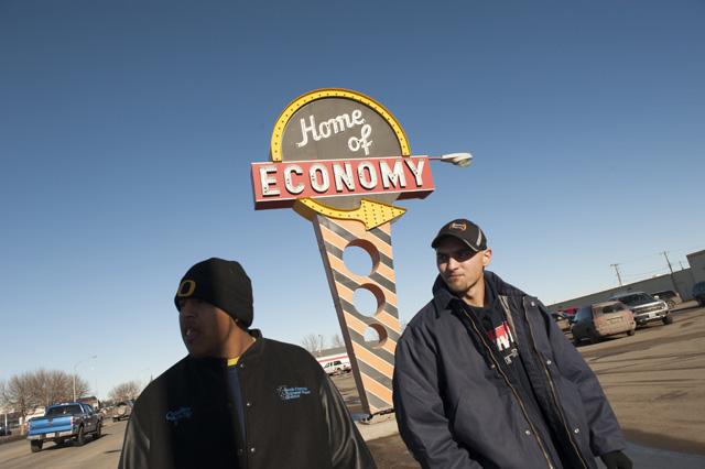 Zwei Arbeitssuchende laufen an einem Geschäft für Arbeitskleidung in Williston vorbei. (Reuters/Andrew Cullen)