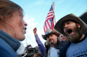Amerika über allem? Trump-Anhänger (r.) halten in Salt Lake City die Fahne hoch. Foto: Benjamin Zack («Standard-Examiner», AP)