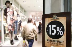 Ein Schild im Schaufenster eines Bekleidungsgeschaeftes weist auf einen Waehrungsrabatt von 15 Prozent hin, am Mittwoch, 4. Februar 2015 in Bern. Die am meisten von der Frankenstaerke betroffenen Branchen Gastgewerbe sowie Industrie und Handel werden im Verlaufe des Jahres rund 0,7 Prozent der Stellen abbauen. Zu diesem Schluss kommen die Oekonomen der Credit Suisse in ihrem am Dienstag, 3. Februar, publizierten Branchenhandbuch. (KEYSTONE/Peter Klaunzer)