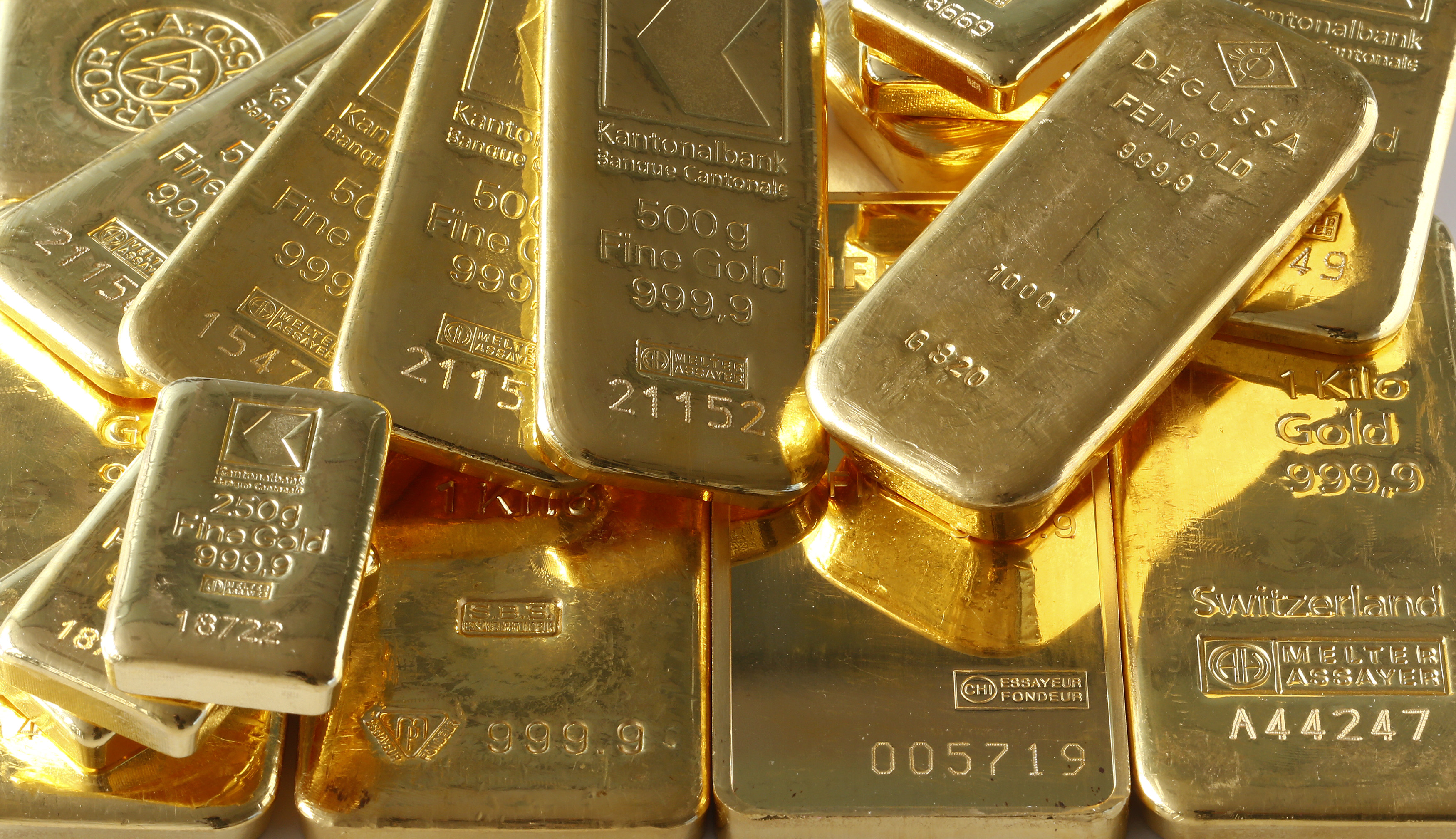 """Gold bars from the vault of a bank are seen in this illustration picture taken in Zurich November 20, 2014. The """"Save our Swiss gold"""" proposal, spearheaded by the right-wing Swiss People's Party (SVP), aims to ban the central bank from offloading its reserves and oblige it to hold at least 20 percent of its assets in gold. The referendum is scheduled for November 30. The SVP argues it would secure a stable Swiss franc. REUTERS/Arnd Wiegmann (SWITZERLAND - Tags: BUSINESS) - RTR4EWKH"""