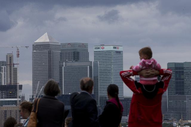 Verstehe einer die Banken: Blick auf die geballte Finanzmacht im Gebäudekomplex «Canary Wharf» in London. Foto: Matt Dunham (AP Photo)