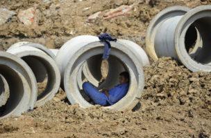 Ein Arbeiter schläft in einer Zement-Pipeline in Hefei, Anhui. (Reuters)