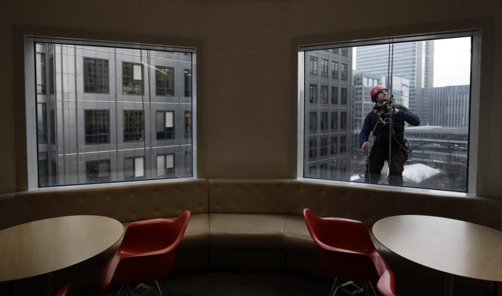 Der Finanzplatz London hat schon ganz andere Stürme überstanden: Fensterputzer in Canary Wharf. Foto: Kevin Coombs (Reuters)