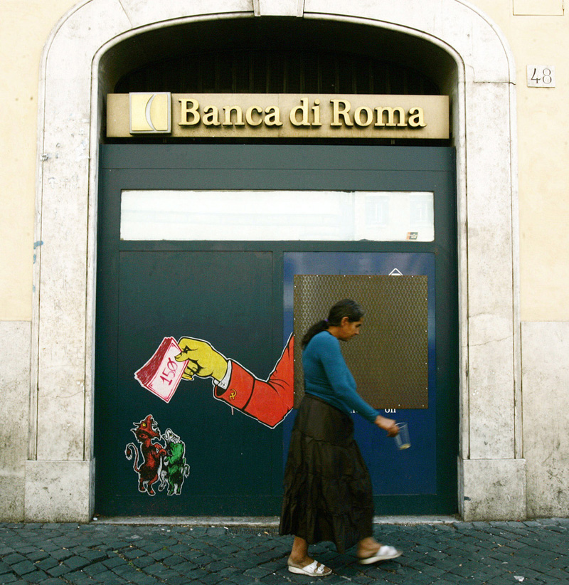 Bettlerin vor einem geschlossenen Bakomat in Italien. (Keystone/Gregorio Borgia)