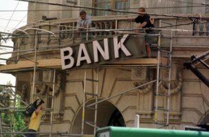 Umstrukturierung nach der Bankenkrise der 90er-Jahre: Montage des neuen Logos der fusionierten UBS 1998. (Keystone/Michael Kupferschmidt)
