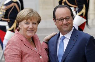 epa05407580 German Chancellor Angela Merkel (L) is welcomed by French President Francois Hollande upon her arrival at the Elysee Palace for the Western Balkans summit hosted by France, Paris, France, 04 July 2016.  EPA/ETIENNE LAURENT