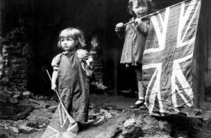 Britische Kinder feiern das offizielle Kriegsende am 8. Mai 1945. Foto: Imperial War Museum, Keystone