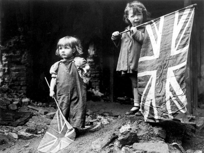 Jetzt sparen wir bei den Militärausgaben: Britische Kinder feiern das Kriegsende am 8. Mai 1945. Foto: Imperial War Museum, Keystone