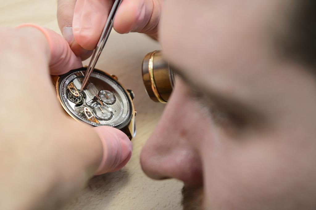 Un employe travail sur la confection d'une montre de Haute Horlogerie au siege de la marque horlogere Tag Heuer ce jeudi 3 decembre 2015 a La Chaux-de-Fonds. (KEYSTONE/Jean-Christophe Bott)