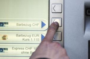 Das Wechselkursverhalten hängt nicht allein von der Geldpolitik der SNB ab: Bargeldbezug an einem Bankautomaten. Foto: Christian Beutler (Keystone)