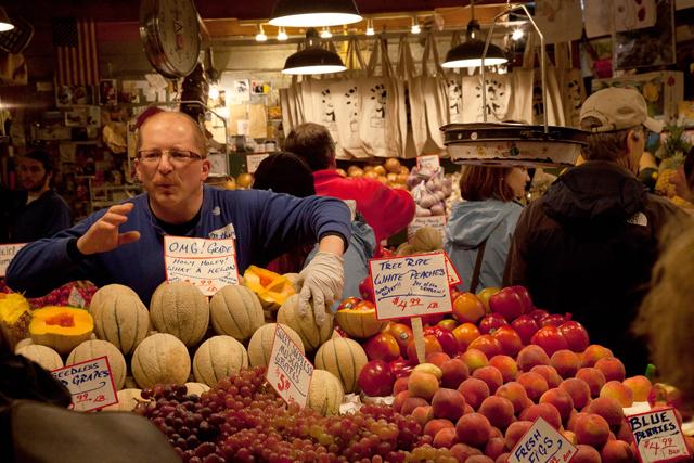 Frucht nach vorn: Dieser Händler auf dem Pike Place Market in Seattle will, wie Schweizer Medienmacher, seine Ware verkaufen. Foto: Scooter Lowrimore/Flickr