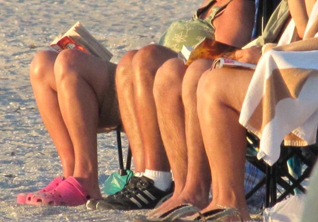Wer Sportarten mit häufigen Richtungswechseln ausübt, riskiert eher einen Meniskusriss: Ruhende Knie in den Ferien. Foto: muffet68/heidi (Flickr)