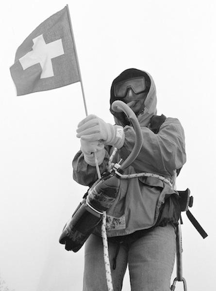 Erschöpft, aber glücklich auf dem Üetli-Gipfel: Suzanne E. Maier mit Sauerstoffgerät, fotografiert von Thomas M. Hürzeler.