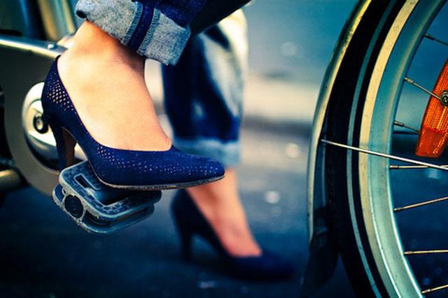 Nicht jedermanns Sache: Frauen mit High-Heels auf einem Velo. Bild: The Hip Paris Blog