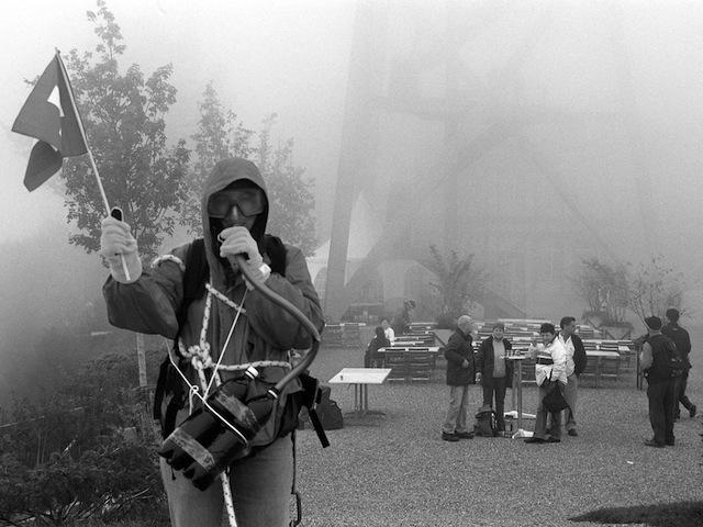 Ein Beweisbild, das hunderttausendfach um die Welt geht: Suzanne E. Maier mit Sauerstoff auf dem Üetliberg-Gipfel, Fotografiert von Thomas M. Hürzeler. 12. September 2003, 14.24 Uhr.