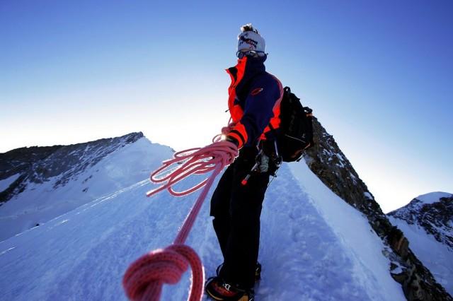 Ein Bergführer und seine Seilschaft auf dem zur Dufourspitze, 1. August 2005. (Keystone/Olivier Maire)