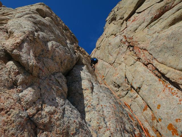 Jetzt auf den richtigen Berg, den Kirken: Harald Fichtinger im Vorstieg. Die Kletterei ist im Schwierigkeitsgrad 6b in meist solidem Granit.