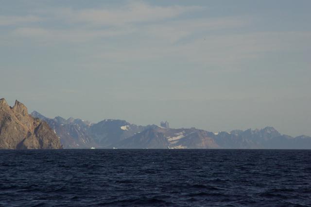 Vom Meer gesehen: Der Kirken ist der auffälligste Berg von Liverpool Land. Er sieht aus wie eine Kirche.