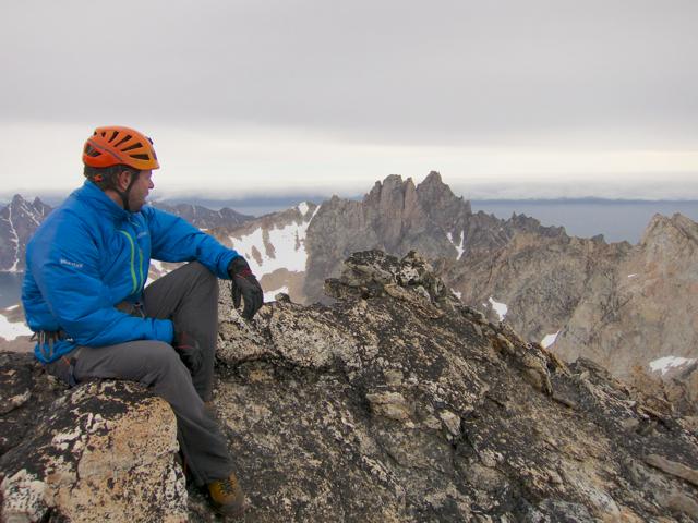 Ralph Villiger sitzt am ersten Tag auf dem falschen Gipfel. Der Kirken ist im Hintergrund.