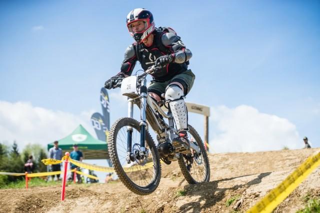E-Motor zum Nachrüsten: Beim Gravel-Battle wird das Downhill-Bike zum Geschoss. Foto: Mike Herzog (AUTrenalin BU)