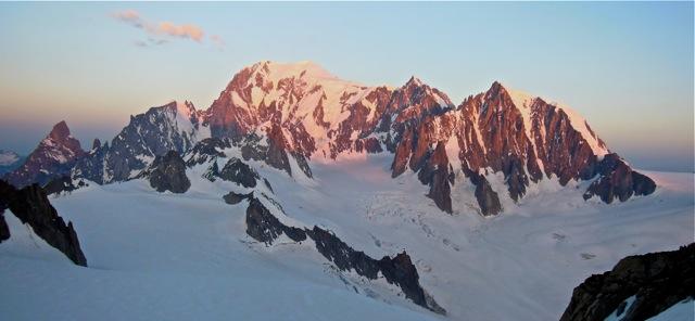Der Mont Blanc im ersten Sonnenlicht. Gesehen vom Rochefortgrat.