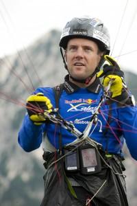 Seine Söhne lässt er wie Drachen steigen: Chrigel Maurer, Gleitschirm-Genie aus Adelboden. Foto: Red Bull