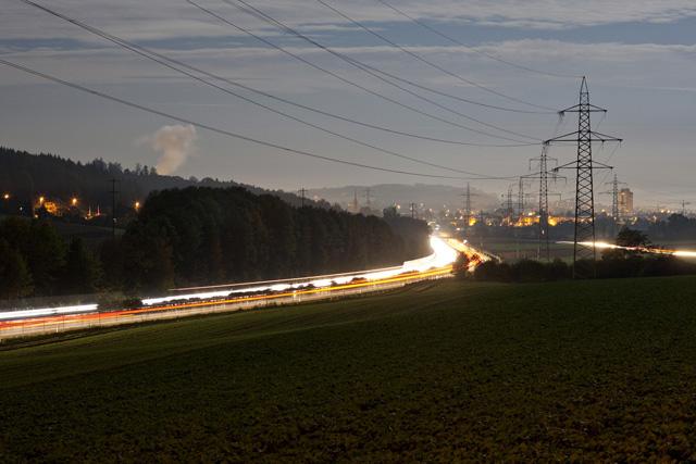High voltage pylons line the A1 highway in Walterswil in the canton of Solothurn, Switzerland, pictured on October 5, 2009. (KEYSTONE/Gaetan Bally) Hochspannungsmasten saeumen die Autobahn A1, aufgenommen am 5. Oktober 2009 in Walterswil im Kanton Solothurn. (KEYSTONE/Gaetan Bally)