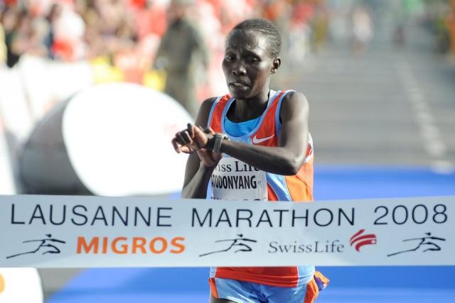 Zuerst ein Blick auf die Uhr: Pauline Chepkorir Atodonyang (KEN) gewinnt den Lausanne Marathon 2008. Foto: Keystone