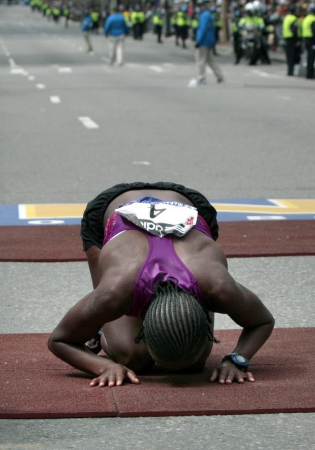 Auf den Knien: Tebya Erkesso (ETH) bei ihrem Sieg am Boston Marathon 2010. Foto: Reuters