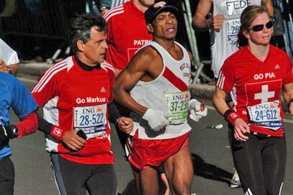 Nach einer Frau ins Ziel? No way! Läufer drängt sich am New York Marathon 2010 an der Autorin vorbei. Bild: PD