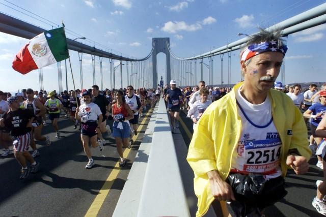 Teilnehmer des New York City Marathons auf der Verazzano-Narrows Bridge am 4. November 2001. Foto: Peter Morgan Reuters)