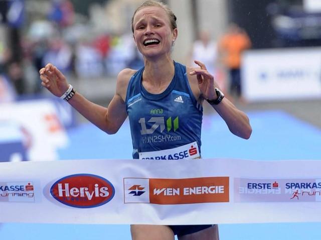 Die süssesten Tränen: Die deutsche Marathonhoffnung Anna Hahner gewinnt 2014 überraschend den Marathon in Wien. Bild: DPA