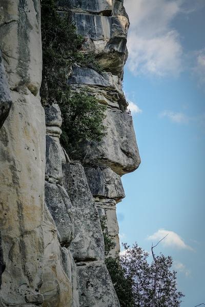 Augen für die Natur: Felsen in Form eines Gesichts über dem Städtchen Annot. (Foto: Nicolas Hojac)