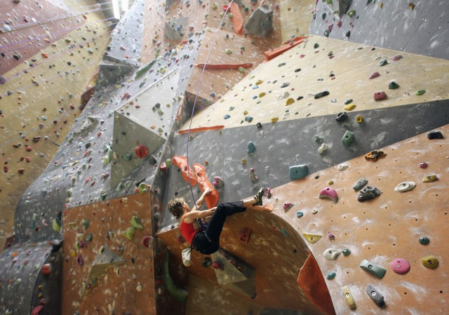 Die belgische Sportkletterin Muriel Sarkany trainiert in einer Halle in Brüssel. Foto: Thierry Roge (Reuters)