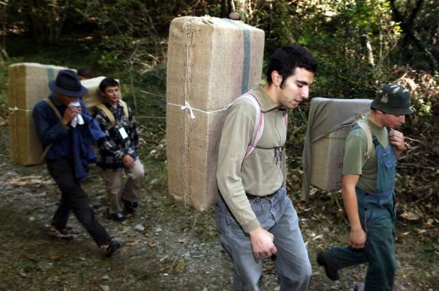 Teilnehmer an der «Gara della Bricolla» 2009 in Sessa TI zur Erinnerung an die Schmuggler, die Zigaretten oder Kaffee zwischen der Schweiz und Italien transportierten. Foto: Karl Mathis (Keystone)